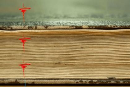 Kamera scannt geschlossene Bücher