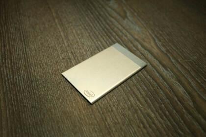 Intel Compute Card im Monitorständer
